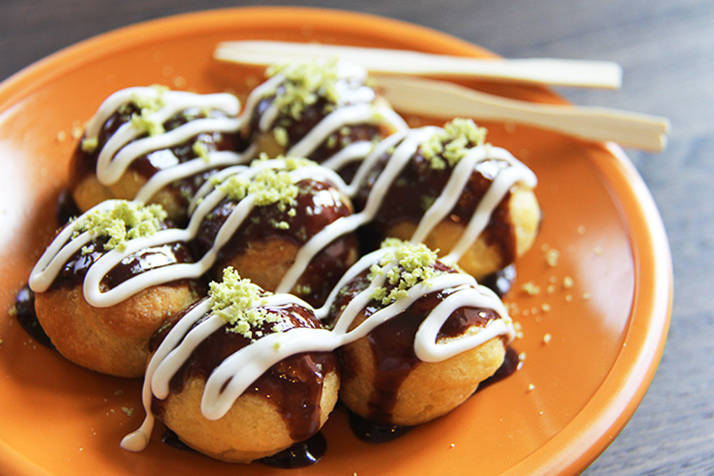 Takoyaki Cream Puff - mini, bite-sized eclairs pop with vanilla filling. A fun way to enjoy your cream puffs, with green tea and drizzle with white chocolate.